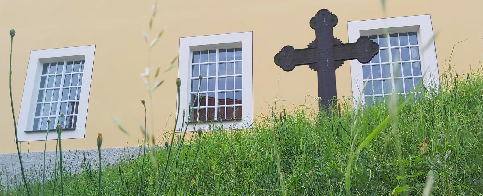 Kreuz vor Kirche Zschoppach im Sommer
